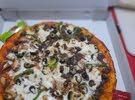 بيتزا  حسب الطلب  لحم غنم  او دجاج او خضار او فطر او الفصول الاربعه