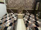 سريرين بحالة ممتازة مع طاوله جانبية