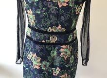 فستان أسود ضيق كلاسيكي أنيق بتطريز الزهور