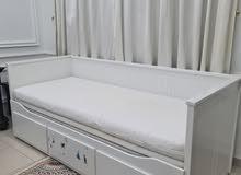 عدد 2 سرير اطفال يتحول إلى سرير طويل   وعدد 7 طاولات مكتب  وثريا
