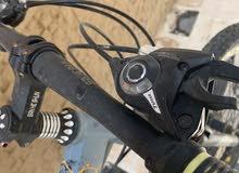 سيكل ( دراجة هوائية ) للبيع فيه قير و يتسكر