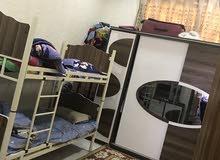 غرفة نوم نظيفة تركيه كنتور وسريرابو الطابقين وميز تواليت وميزان
