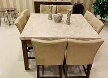 طاولة طعام رخامية مع قاعدة خشب و8 كراسي جلد