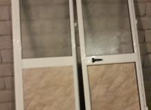 باب المونيوم شبه جديد طرفين للبيع بالقفص طول 2.20 عرض 1.60