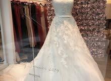 فستان عروس راقي من ماركة عالمية معروفة
