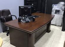 مكتب خشبي كبير حرف L  مع كرسي دوار بحالة ممتازة وبسعر مغري