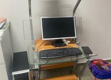 للبيع كمبيوتر مكتبي مع الطاولة