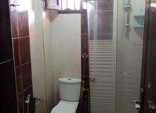 شقة للايجار مكونه من 3 غرف و حمامين و 2 بلكونه و صاله و مطبخ و 2 اسبلت و 2 فريون