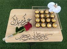 هدية لوحه خشبية مع الورد الطبيعي والشوكلاته