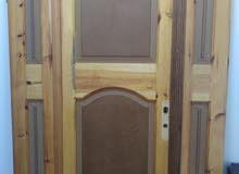 باب صالة ثلاثة قطع باب كبير واثنان نصف من الخشب كما موضح في الصورة