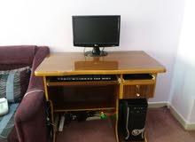 كمبيوتر مع شاشة وطاولة وماوس وكيبورد بحالة ممتازة