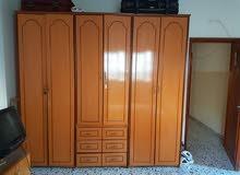 غرفة نوم مع الخزانة