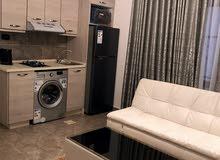 شقة 80 متر مقسومة استوديوهين مفروشة بعائد سنوي 8400 دينار  للبيع في شارع الجامعة