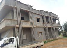 منزل من طابقين مساحة كل طابق 300 متر مع خزان سفلي يسع 20 سيارة مياه مقام علي هكت