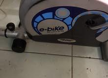 للبيع جهاز دراجة ثابتة للتخسيس بحالة جيدة ماركة عالمية