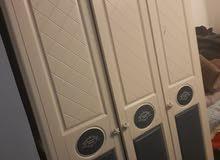 غرفت نوم شباب مكونة من خزانة 2 و تخت 2 و مكتب وكمدينة