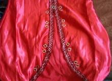 ليبع القميص الحمر بالي في الصورة