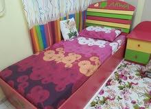 سرير ودولاب نظيف جدا مع الطراحة
