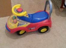 سرير خشب وسيارة أطفال