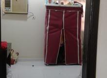 للإيجار إستيديو في قلالي حق عزاب يتكون من غرفة  وصاله و حمام ومطبخ شامل الكهرباء