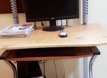 كمبيوتر مع طاولة وطابعة