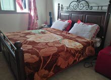 غرفة نوم من سرير و كابك و صوفا