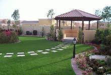 مختصون بالعشب الصناعي والارضيات بجميع أنوعها ملاعب حدائق واجهات