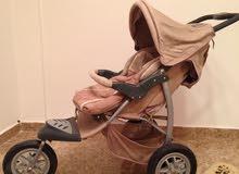 عربة اطفال ومقعد سيارة مع جميع مستلزماتها