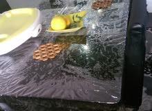 طاولة اكل الطاولة بحالة جيدة جدا بيها اربع كراسي ثلاثة الجلد ابتاعهن داب من التخ