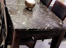 طاولة اكل لونها بني ومعاها كراسيها للبيع،،،