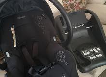 كرسي سيارة مع قاعده ماركة maxi cosi