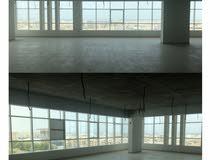 على الشارع العام مكاتب للايجار تبدا بمساحة 120 حتى 300  متر مربع مساحات مفتوحة او مقسمة حسب الحاجة