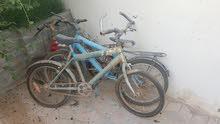 ثلاثة دراجات هوائيه متعطله لا تعمل و تحتاج إلى إصلاح