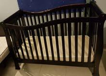 سرير اطفال مع المرتبة بحالة جيدة للبيع