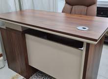 عدد 7 طاولات مكاتب شبه جديد