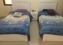 غرفه مكونه من سريرين 100 مع كومدينه وتسريحه