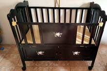 سرير أطفال جديد لم يستخدم مع مهد