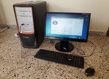 كمبيوتر مكتبي مع شاشة بسماعة داخلية وطاولة كبيوتر جديدة