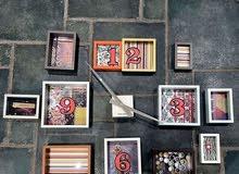 ساعة حائط مع براويز للصور