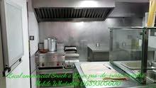 محل تجاري مطعم سناك  مجهز يقع بوسط مدينة طنجة .