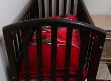 سرير اطفال صلب + عربة ماركة جراكو اصلية +مشاية اطفال بحالة ممتازة و حرامات بيبي