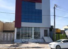بناية للايجار ثلاث طوابق على شارع 100 في حي العداله
