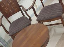 طقم جلوس مكون من كرسيين وطاولة