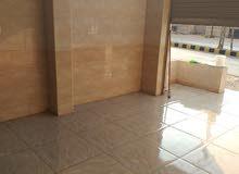 محل جاهز سيراميك كامل بس بدو سقف مستعار مع منزل غرفة وصالون كبير ومطبخ وحمام