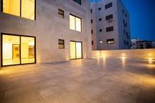 شقة شبه ارضية بماسحة 200 م وحديقة 150 م بسعر مميز