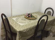 طاولة طعام ومكتبة صغيرة وطاولة تليفزيون زجاج