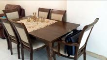 طاولة مع 6 كراسي بحالة جيدة للبيع