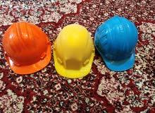 قبعات سفتي بلاستك صنع في الإمارات الكميه 4000 قطعه في ألوان ابيض رصاصي ازرق اصفر