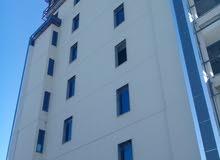 مبنى ثمانية طوابق مع ملحق مع بدروم