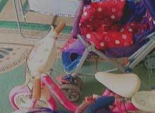عربة أطفال و مقعد سيارة و دراجة صغيرة وسرير أطفال